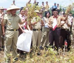 gubernur-jateng-bibit-waluyo-menunjukka-hasil-panen-kedelai1